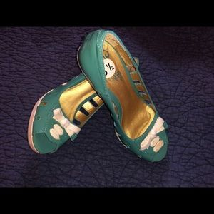 Beautiful Sz 6.5 green wedge heel shoes with bow.